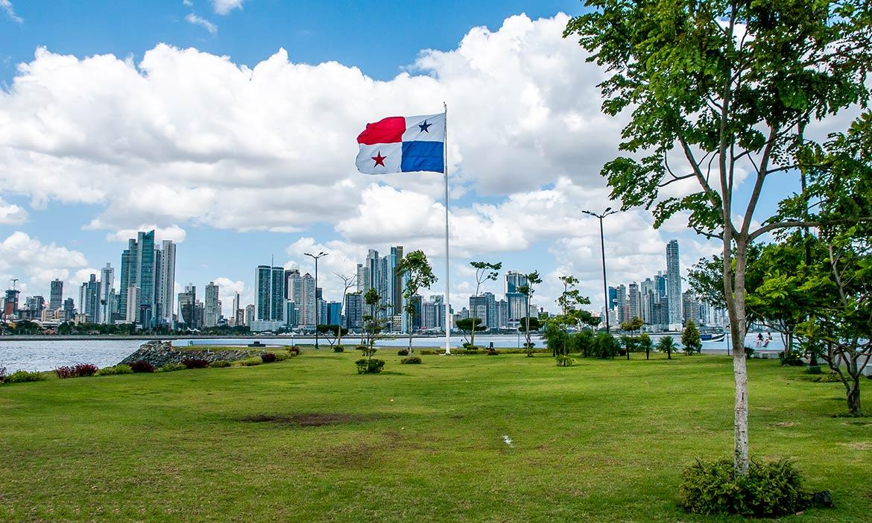 Panama-City-skyline-with-flag